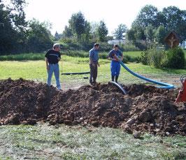 Beim Verlegen der Leerrohre für Wasser und Strom