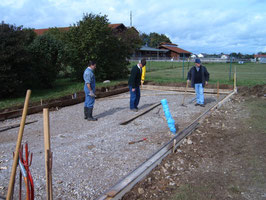 Schalung aufbauen für das Betonieren der Bodenplatte