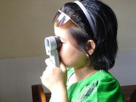 postoperativ mit einer vergrößernden Sehhilfe