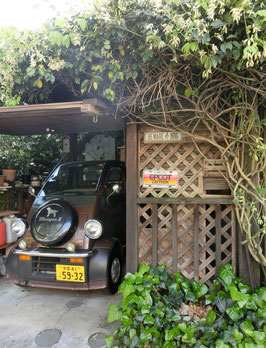●栗の木で作られた車庫(上下の開閉式)
