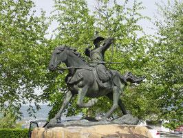 金刺盛澄像(長野県下諏訪町) 金刺盛澄は手塚光盛の兄で弓の名手。