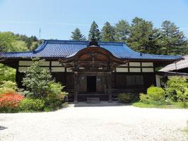 洞光寺(長野県松本市) 義仲が兜を置いたという兜石がある。