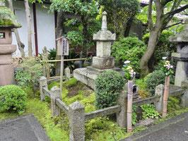義仲寺の義仲墓(滋賀県大津市) 巴・山吹や芭蕉の墓もある。