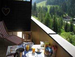 Ein wunderschöner Morgen mit Frühstück auf dem Balkon in Innerkrems...