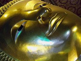 le célèbre bouddha couché du Wat Pho à Bangkok, 46 mètres de long !