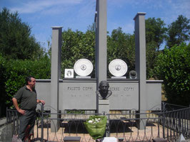 zangani rende omaggio alla tomba di Fausto e Serse Coppi