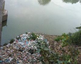 Petit cours d'eau de Yangon servant de poubelle pour tous les détritus.