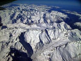 Flug über die Alpen nach Pisa