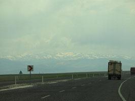 schneebedeckte Berge im tuerkischen Hochland