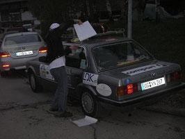 Die Autos werden beklebt