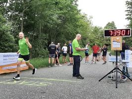 Pünktlich um 7:39 Uhr geht unser Startläufer Dirk auf seine Etappe.