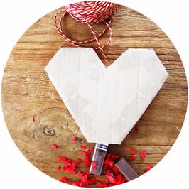 Bild: DIY HERZ PINATA // Eine DIY Herz Pinata als kreative Idee für Party Deko oder Geschenk Idee zum Valentinstag oder eine Hochzeit mit dieser Anleitung und Bastelvorlage einfach selber machen; gefunden auf www.partystories.de