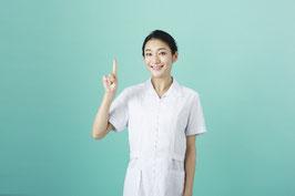 調剤薬局を紹介している女性の画像