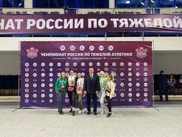 Ольга Спицына (третья слева) и Андрей Лилейко со спортсменками