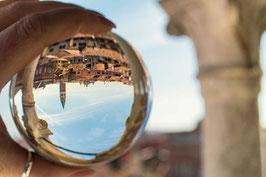 Blick durch die Kristallkugel vom Turmzimmer der Scala del Bovolo Venedig Venezia Italien