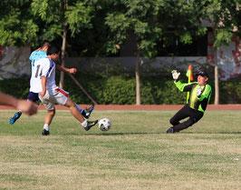 Der Torwart im gelben Trikot, das ist LaoWei beim Fußball in China