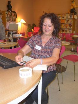 Gaby Lamersdorf klebt gerade einen Barcode ins Buch