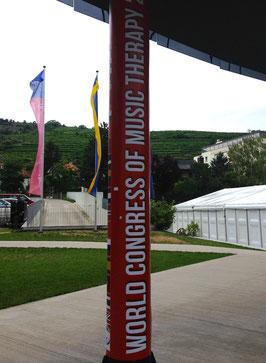 大会のサイン。柱の裏側には各国の国旗のプリントが並んでいます。