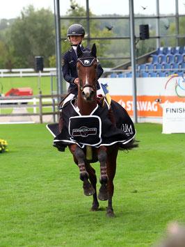 Henrike-Sophie Boy freut sich über ihren Sieg im Horsetrucks Terhorst Preis.              Foto: Alexander Marx.