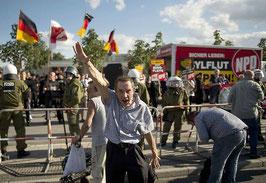Mit Hitlergruß auf NPD-Kundgebung gegen das Flüchtlingsheim