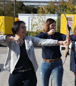 Ziel erreicht – ins Schwarze getroffen. Bürgerstiftungsakteure freuen sich über das gute Jahresergebnis. (Vera Finn (li.) und Sophie Stepper vom Vorstand.) Foto: A. Hiereth