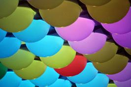 Verlichting  met bollen in verschillende kleuren.