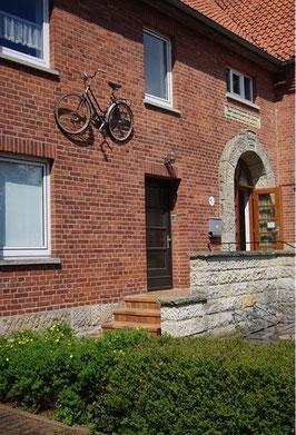 Seit Kurzem angedübelt an der Museumsmauer: ein Damenrad vom Sperrmüll. Foto: tw