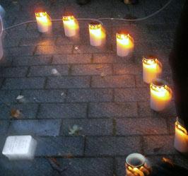 ein Halbkreis mit Teelichtern um die Verlegestelle