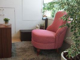 待合室のピンクの椅子の写真