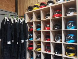 Photo de casques et de combinaison de karting Ecokart