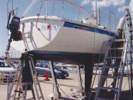 図4 ヨットの船底部に固定されたキール