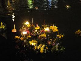 Kratongs im Wasser