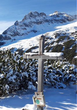 Blosskogel Gipfelkreuz, nach dem Aufstieg vorbei am Schiederweiher und dem Prielschutzhaus