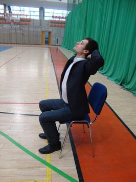 Rehabilitacja kręgosłupa: przeprost na siedząco.