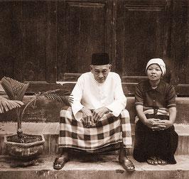 Eine Lebensgeschichte aus Java. Bapak Reja und seine Frau sitzen vor ihrem Haus. Copyright 1999 by Klaus Schoerner