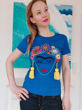 T-Shirt (blau) Größe M: mit Frida Motiv und Blumenstickerei, Bommel gelb
