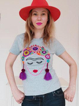 T-Shirt (grau) Größe S/M: mit Frida Motiv und Blumenstickerei, Bommel lila