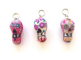 Halloween-Deko: Calavera Schlüsselanhänger (rosa, weiss, lila) aus Mexiko