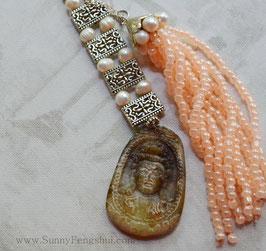 ГУАНЬ ИНЬ,  речной жемчуг, персиковый перламутровый бисер,  подвеска
