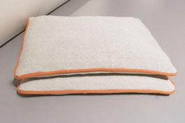 Sitzkissen mit orangenem Keder