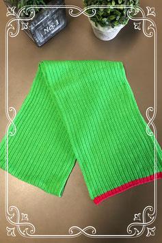 Lange groene sjaal met roze uiteinde van Hema - voor 6-8 jaar