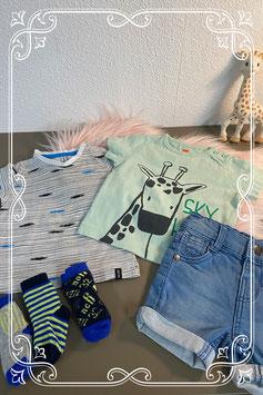 2 shirts van Hema en Newborn met broekje van Prenatal maat 62 en 3 paar sokken