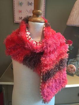 Roze-rode sjaal van draadjeswol