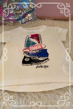 Wit shirt met gekleurde gympen van Converse maat 98/104