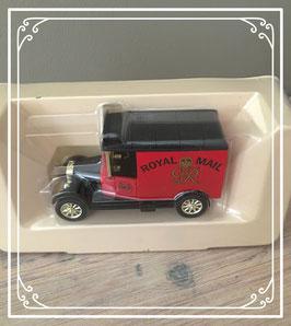 Speelgoedauto van ouderwets postbusje