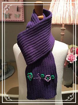 Nieuw: paarse sjaal met bloemetjes opgenaaid van terStal