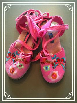 Roze schoentjes met vetertjes rond het beentje - maat 26