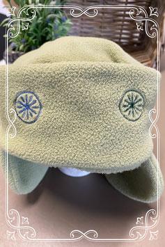 Zachte groene muts met oorflappen en sterren - van 2-4 jaar