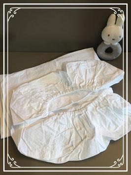 Twee witte hoeslakentjes voor een babybedje (80x40)