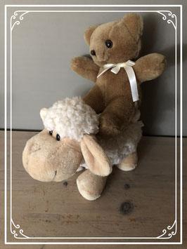 Een beertje en een schaapje knuffels